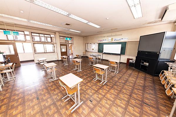 第一教室(2021年現在は感染症対策として、机の数を減らしています)